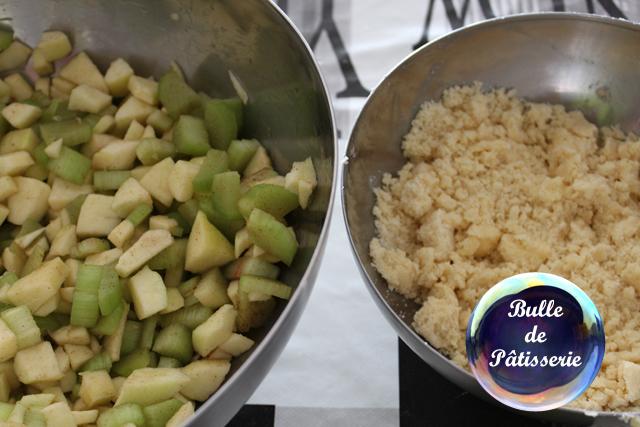 Recette : crumble rhubarbe - pommes - cannelle en cours de préparation