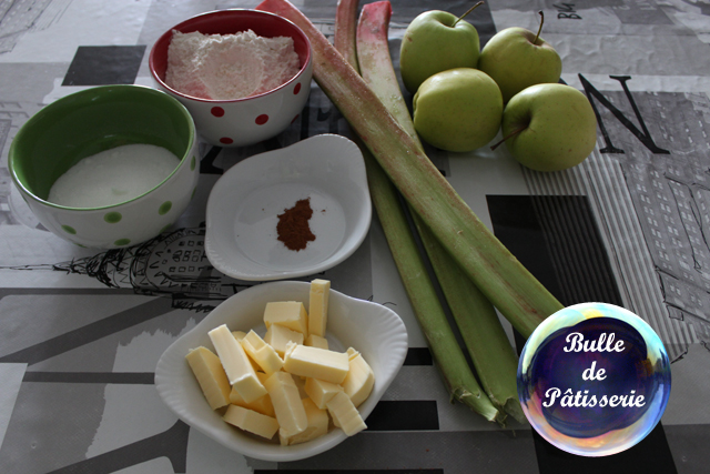 Les ingrédients du dessert crumble rhubarbe - pommes - cannelle