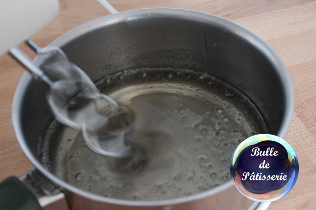 Fondant pâtissier : dès que le mélange a baissé en température, battez-le