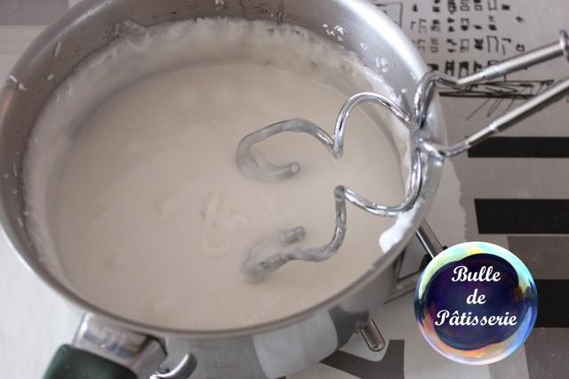 Fondant pâtissier : votre mélange va blanchir et se durcir