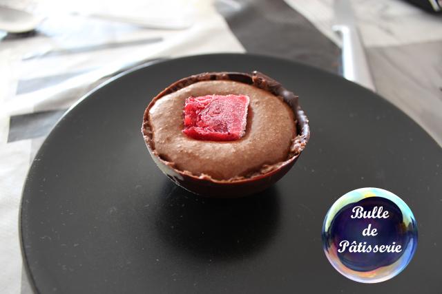 Recette : sphères chocolat-framboises avec mousse au chocolat et coulis de framboises