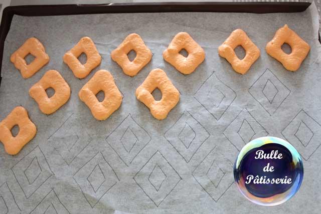 Macarons pas ronds : suivez votre gabarit pour le dressage de la pâte