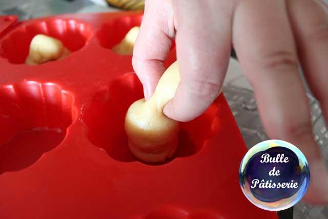 Petites brioches à l'orange : à l'aide de vos doigts, pincez la tête