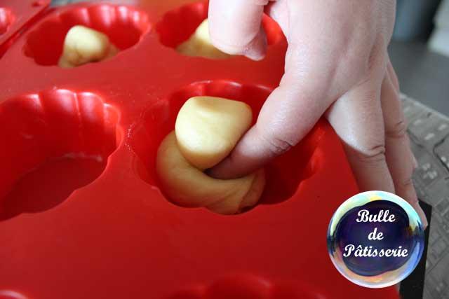 Petites brioches à l'orange : à l'aide de votre doigt, creusez dans le corps de la brioche