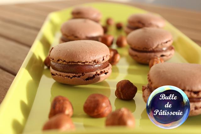Mignardises : macarons chocolat au lait-noisettes