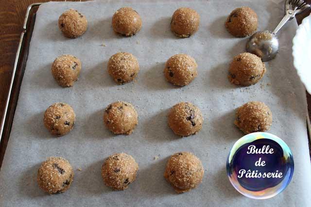 Les cookies au beurre de cacahuètes en cours de réalisation