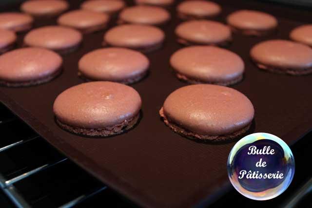 Préparation des coques pour les macarons chocolat noir-framboises