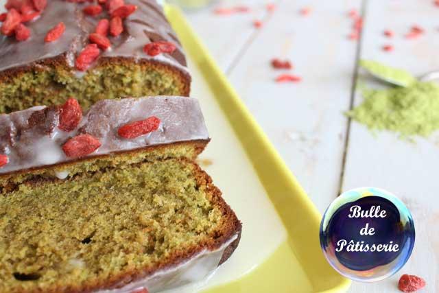 Dessert printanier : cake matcha-chocolat blanc, glaçage au citron et baies de goji