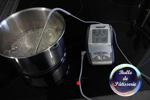 Crème au beurre légère - Préparation de la meringue italienne : chauffez le sucre à 118°C