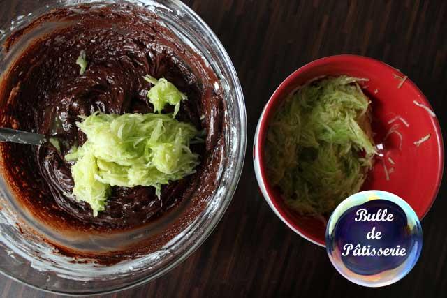 Préparation du gâteau chocolat-courgette