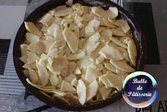 Préparation du gâteau invisible aux pommes