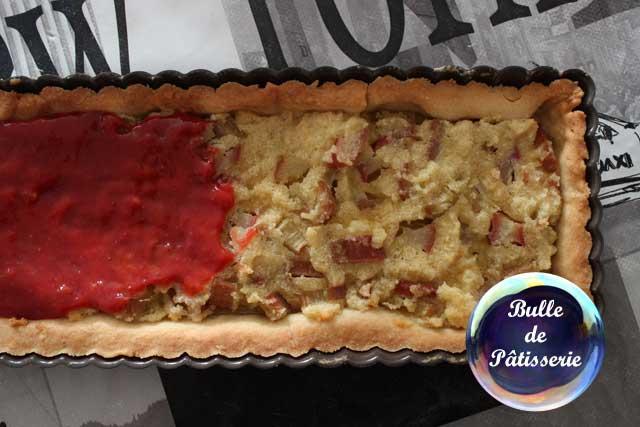Préparation de la tarte : étalez la compotée de fraises sur la crème amandine à la rhubarbe