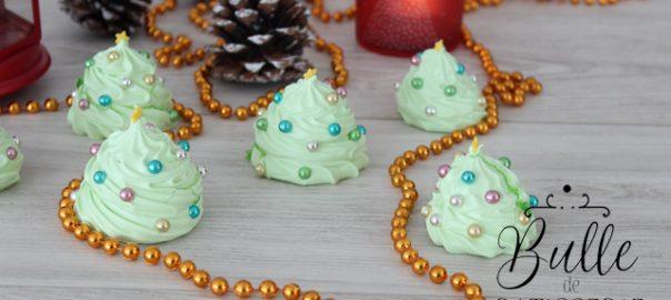 Décor de bûche : sapins de Noël meringués