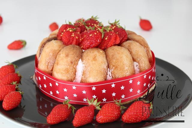 Dessert avec des biscuits à la cuillère : la charlotte aux fraises