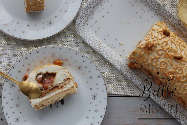 Bûche de Noël maison : coeur caramel-cacahuètes coulant, ganache vanille, biscuit succès et pâte vanille Kipferl