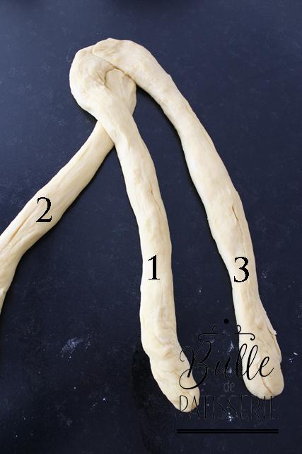 Tresser la brioche - Etape 2 : Faites passer le boudin 1 par-dessus le boudin 2. Le boudin 1 se positionne alors au centre