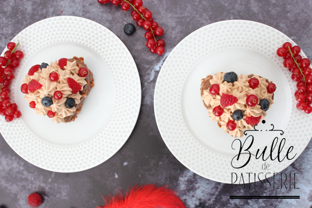 Brownie en forme de coeur, glaçage rocher, fruits rouges et ganache chocolat
