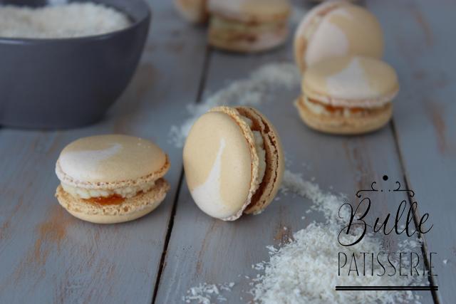 Pâtisserie : macarons meringue italienne, ganache noix de coco et insert fruits de la passion