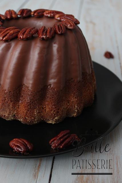 Cake au café, glaçage chocolat au lait, noix de pécan caramélisées