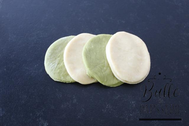 Tressage de la brioche : disposez 4 cercles de de pâte se chevauchant, en alternant les couleurs