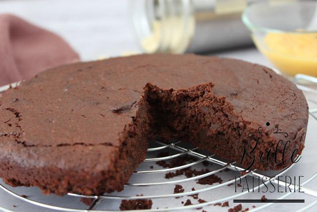 Gâteau au chocolat sans beurre et sans gluten, à la compote de pomme et à la poudre d'amandes