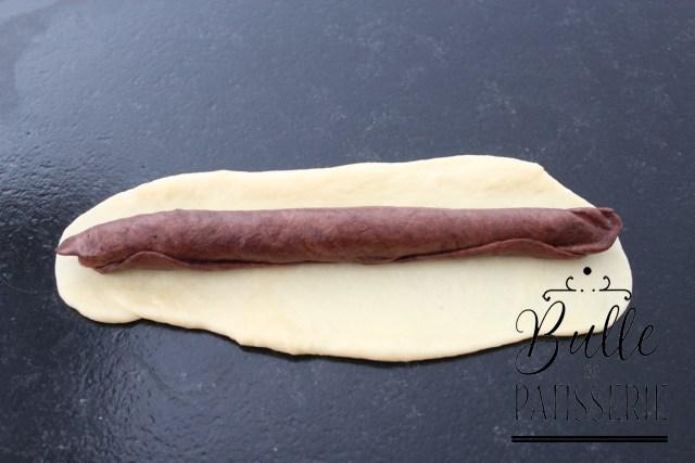 Brioche Girafe : étalez la pâte à la vanille de la même façon et déposez le boudin 2 couleurs