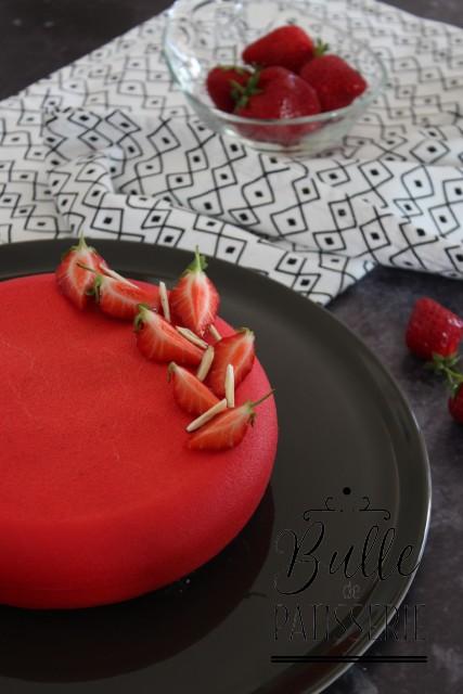 Entremets composé d'une bavaroise à l'amande, d'un insert fraise, d'un croustillant aux amandes et d'un biscuit financier