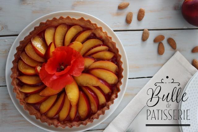 Tarte estivale : pâte sucrée, crème d'amandes, gelée de coquelicots et nectarines fraîches