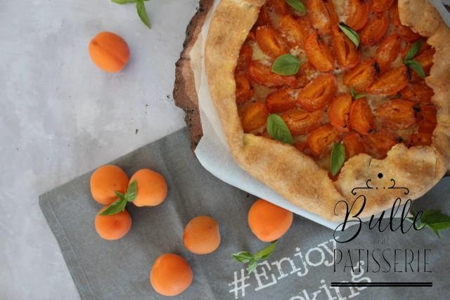 Tarte rustique : pâte brisée, abricots, amande et basilic