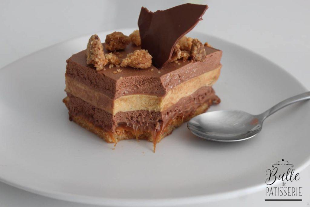 Entremets biscuit succès noisettes, caramel mou, crémeux caramel, mousse au chocolat et streusel noisettes