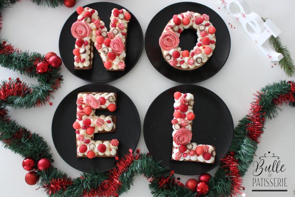 Letter Cake composé d'une pâte sucrée aux épices à pain d'épices et d'une crème diplomate à la vanille et accompagné d'un coulis de framboises