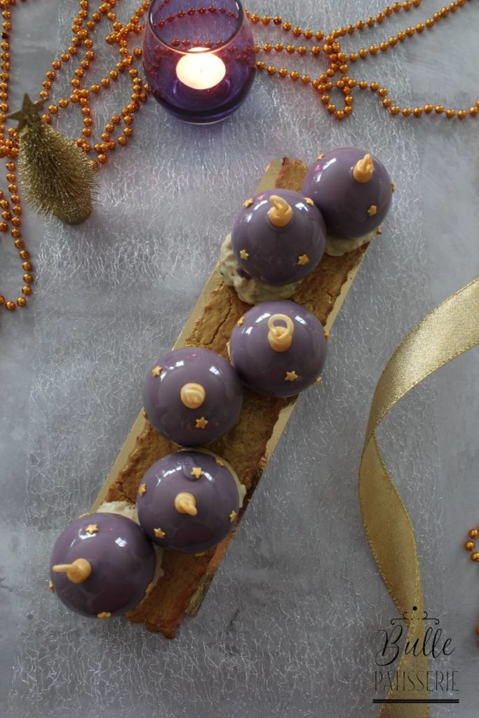 Bûche Marron-Myrtille en forme de boules de Noël