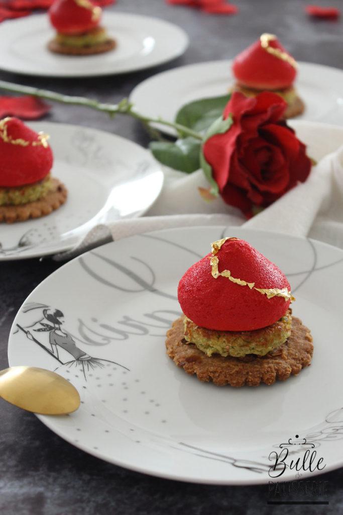 Recette d'entremets : mousse à la rose, insert framboise, biscuit pistache, sablé