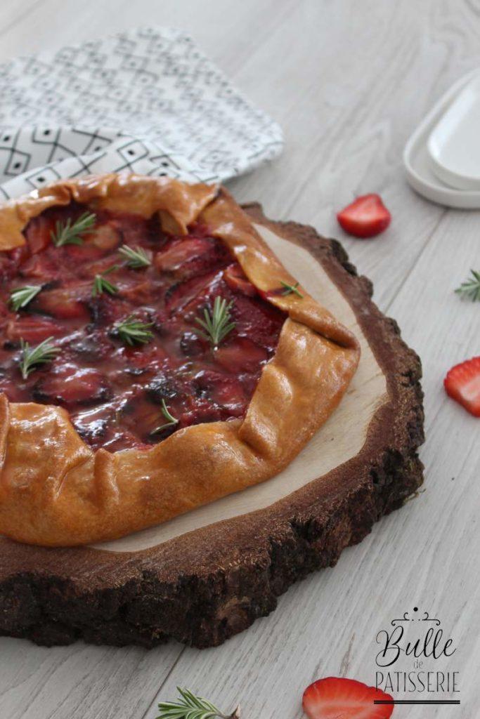 Recette rapide et facile : tarte rustique aux fraises et romarin