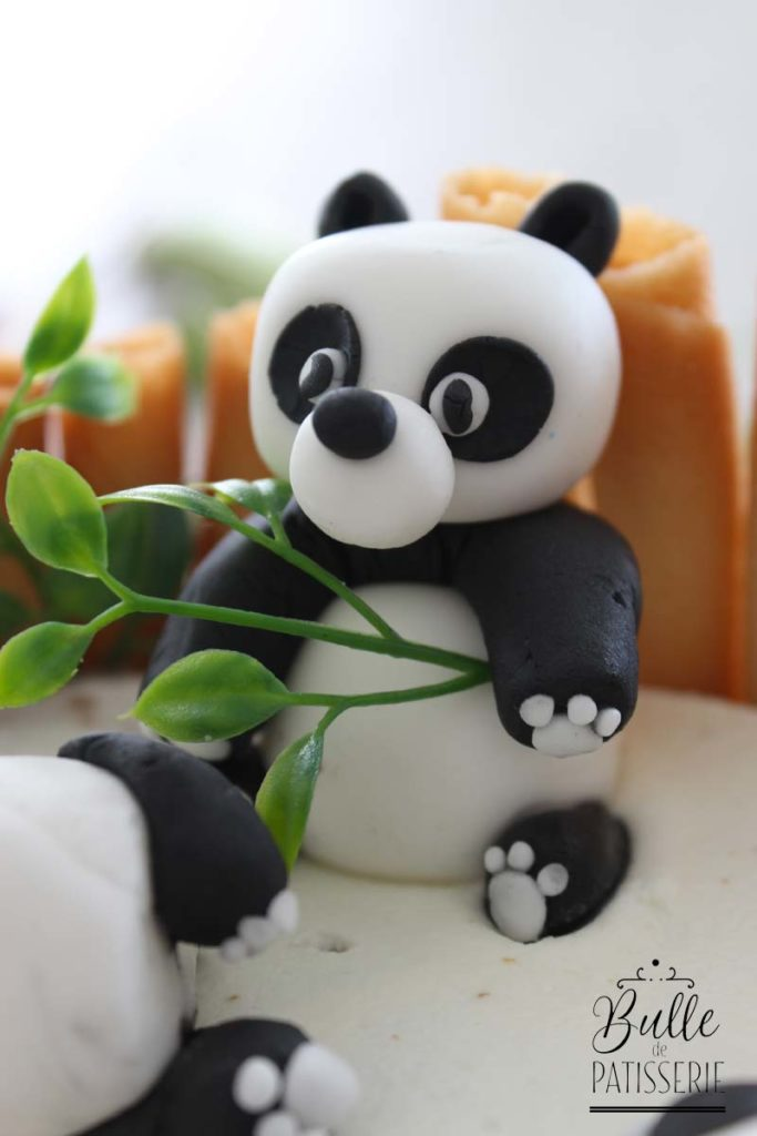 Modèle de panda assis réalisé en pâte à sucre