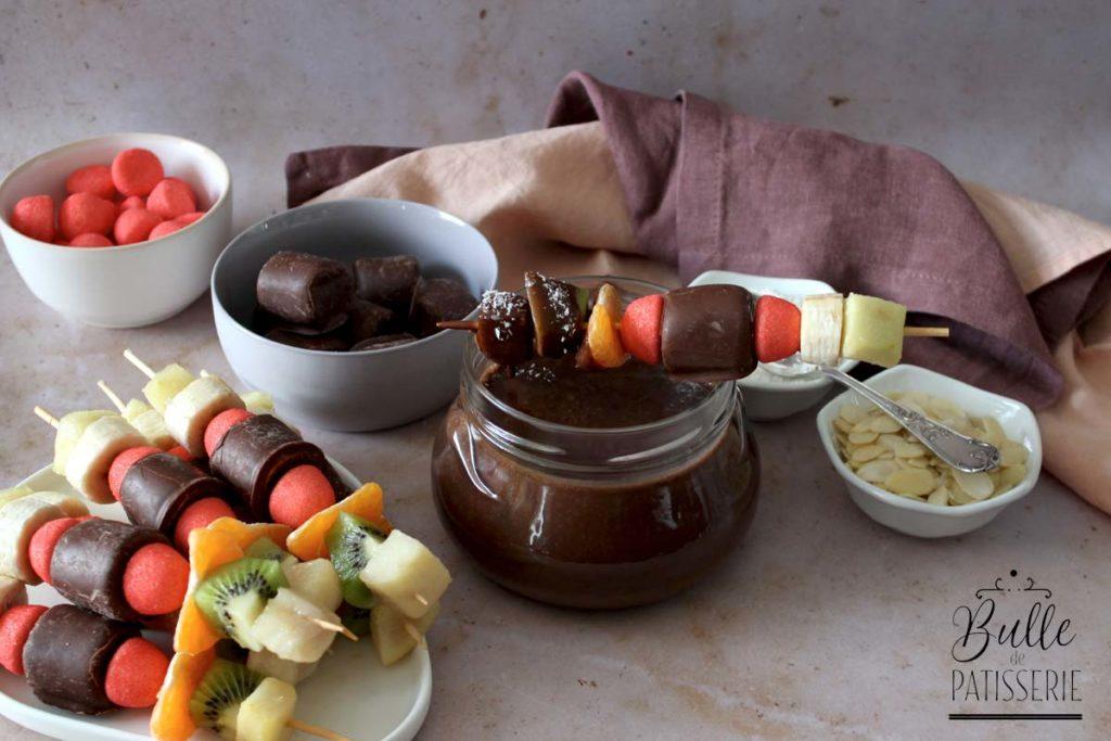 Fondue au chocolat et ses brochettes de fruits et bonbons Haribo