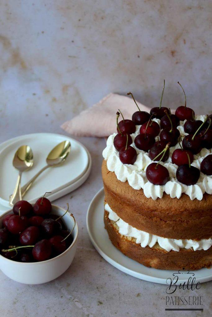 Gâteau haut Chantilly-Cerises réalisé dans un moule à manqué