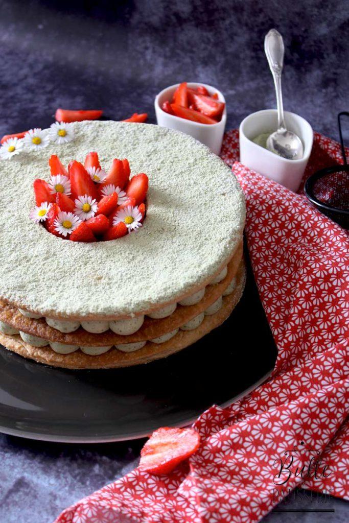 Pâtisserie maison : millefeuille crème diplomate au thé matcha et fraises fraîches